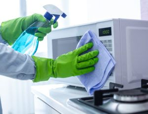 Truque para limpar seu microondas